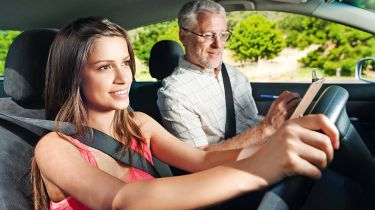 驾驶测试未能跟上由安全专家敲击的新车技术